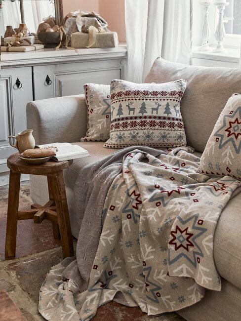 salón en gris con cojin y manta con motivo navideño
