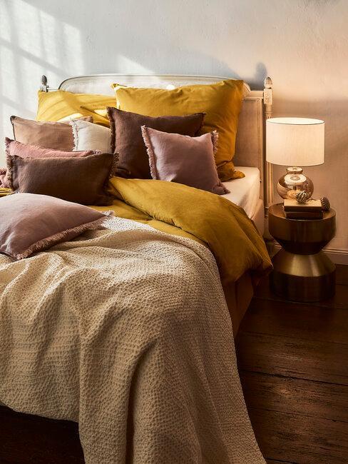 dormitorio en amarillo y marrón