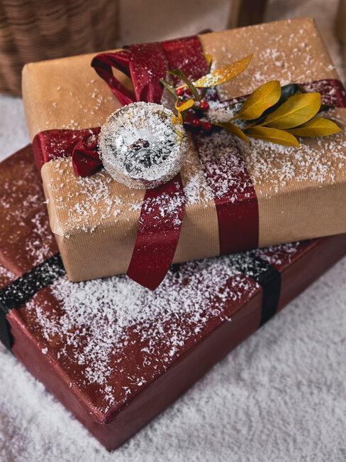 regalos de navidad en cajas marrones