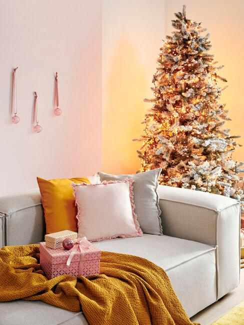 salón con regalos de Navidad rosa