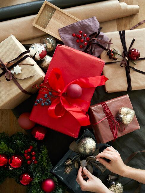 regalos de navidad marrones y rojos