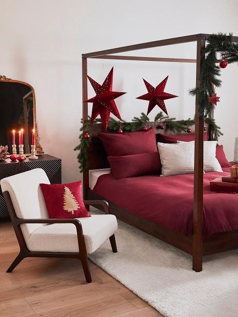 Dormitorio con estrellas de Navidad rojas
