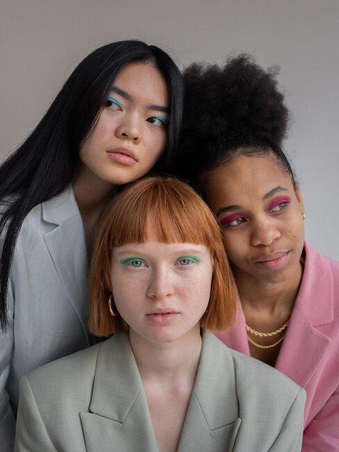 tres mujeres con distintos peinados