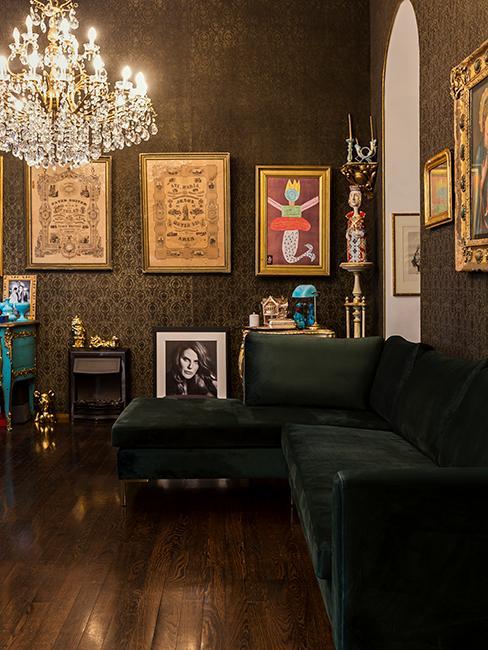 salon style baroque avec canpé en velours vert, lustre et cadres accrochés au mur