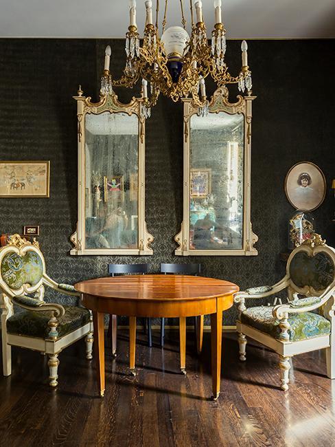 salle à manger baroque avec fauteuils baroques, table ronde en bois, et grands miroirs dorés