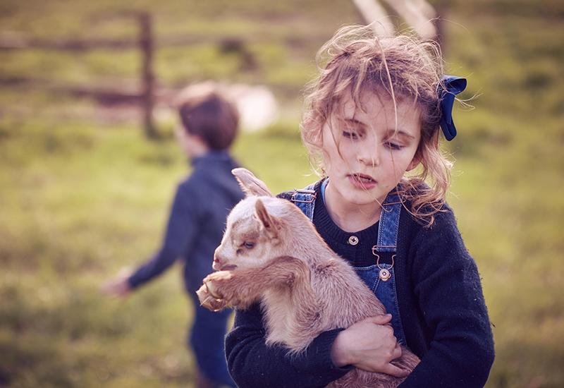Petite fille entrain de porter un cochon