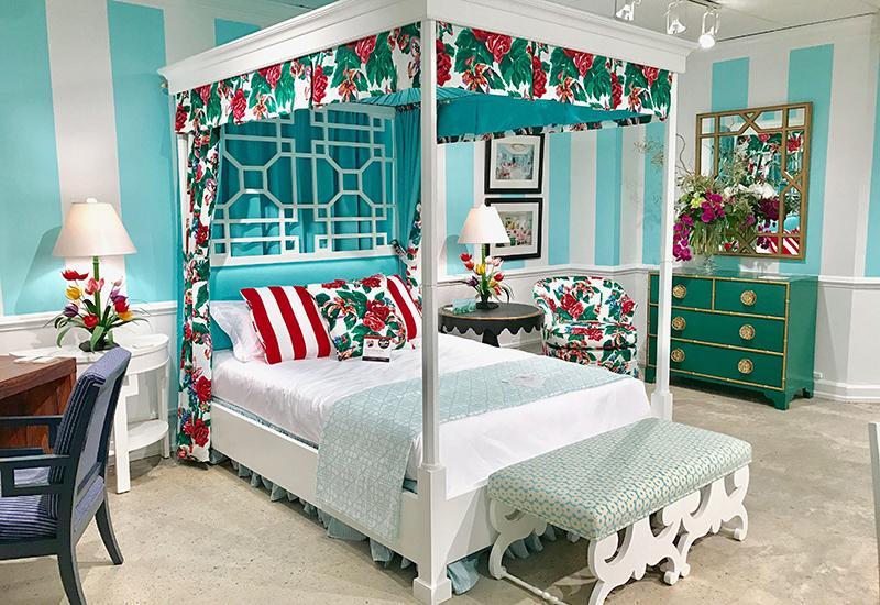 chambre avec lit à baldaquin et mur turquoise