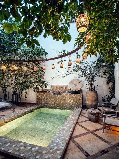 piscine éclairée avec suspension orientale