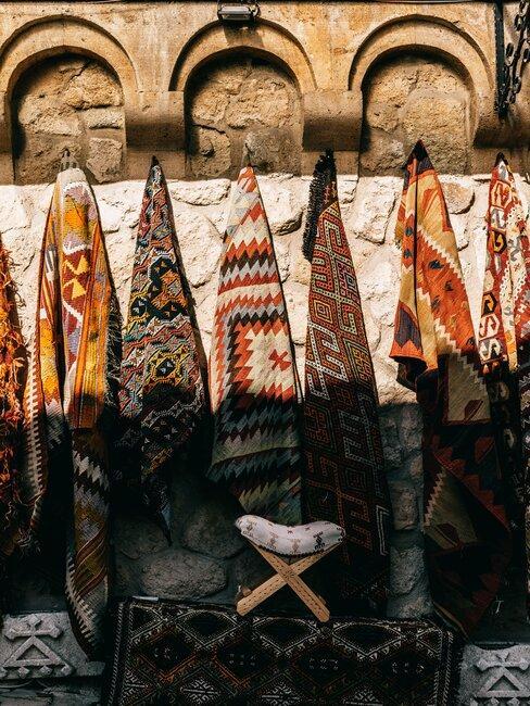 tapis d'orient suspendus au mur