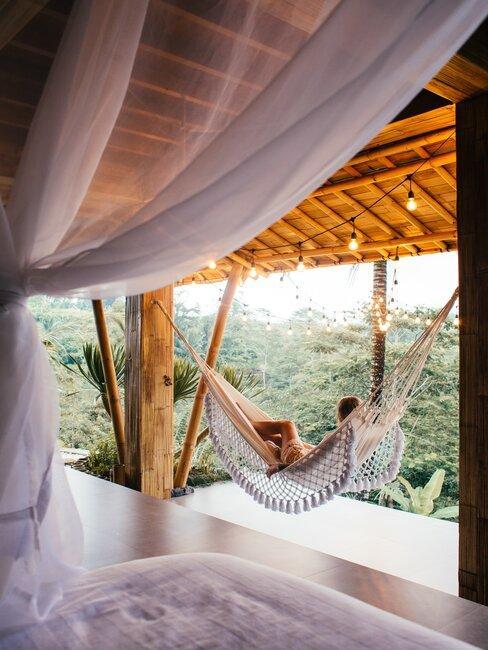 hamac sur terrasse, voilage blanc et végétation