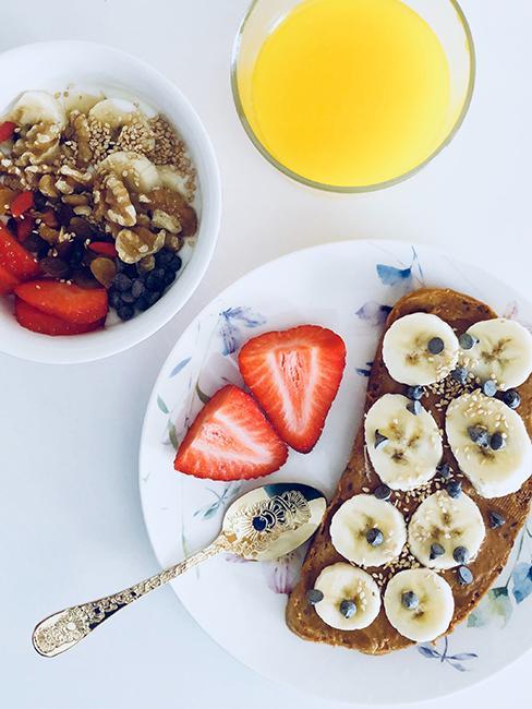 Table de petit-déjeuner dressée avec un oast au beurre de cacahuète avec tranches de banane