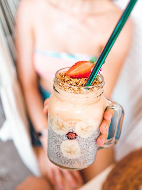 smoothie avec graines chia servi dans une jarre