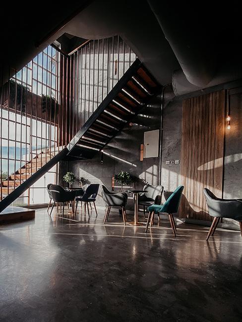 Loft avec chaises et table, et un grand escalier