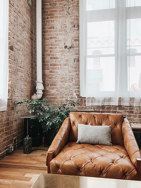 Loft avec mur en brique et fauteuil en cuir