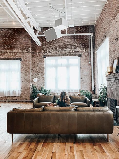 Loft avec mur en brique et grand canapé en cuir