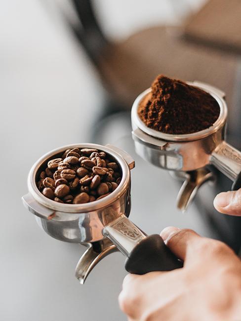 barista qui est entrain de remplir sa machine de café
