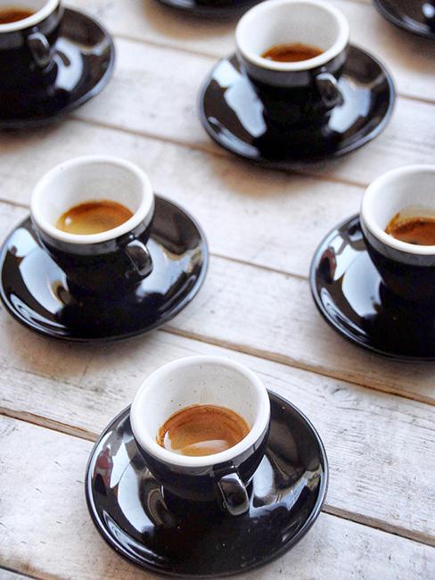 espresso servis dans des tasses avec soucoupe