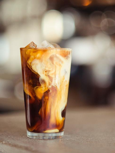 latte glacé servi dans un verre