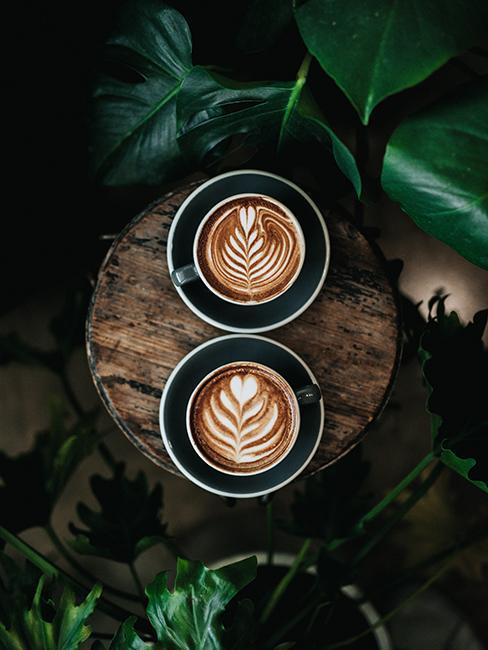 deux cafés vu du dessus avec dessin