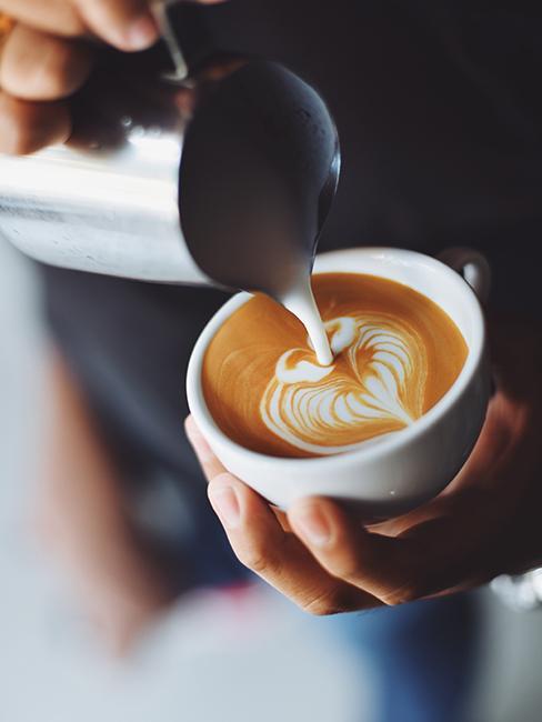 une personne entrain de faire du latte art