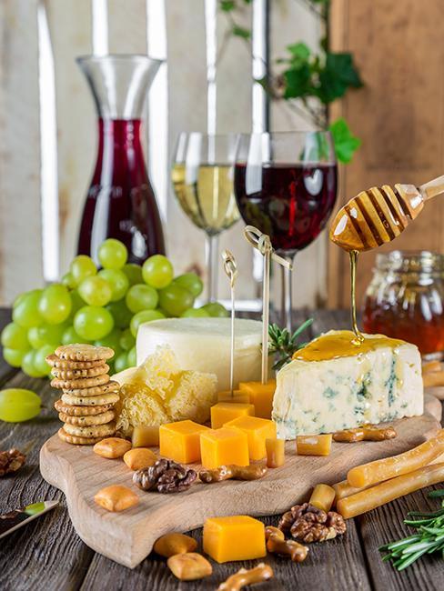 plateau de fromage avec verres de vin