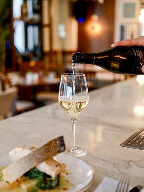 un verre de vin blanc sur un comptoir