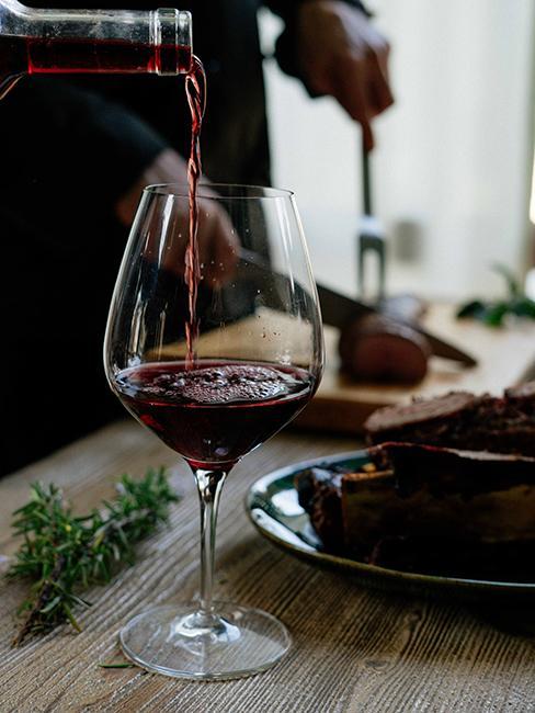 verre de vin rouge sur une table