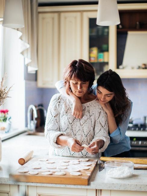 maman et fille en train de cuisiner ensemble