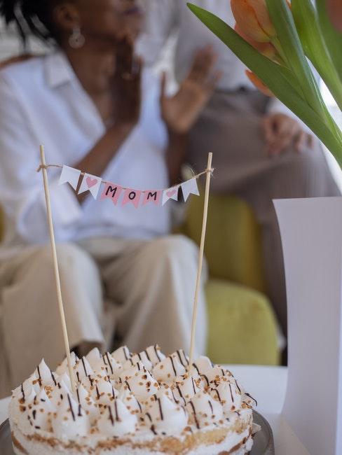 une femme devant son gâteau d'anniversaire