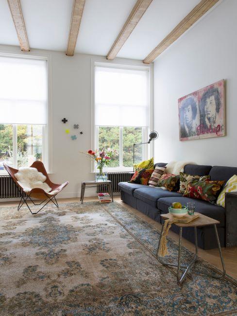 grand salon spacieux, grand tapis oriental, fauteuil papillon, peau blanche