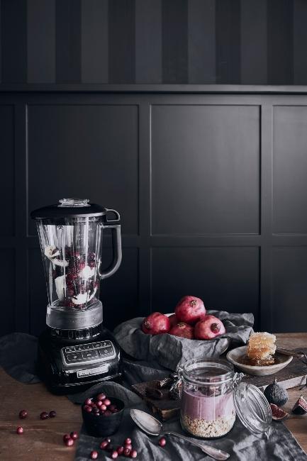 cuisine avec mur gris foncé