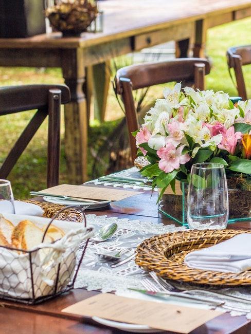 décoration de table rustique avec set en algue et bouquet de fleurs