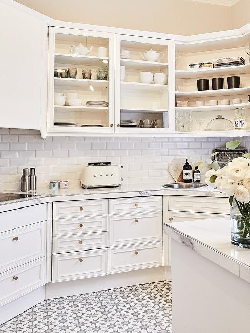 vue sur la cuisine blanche avec un grille-pain SMEG en blanc
