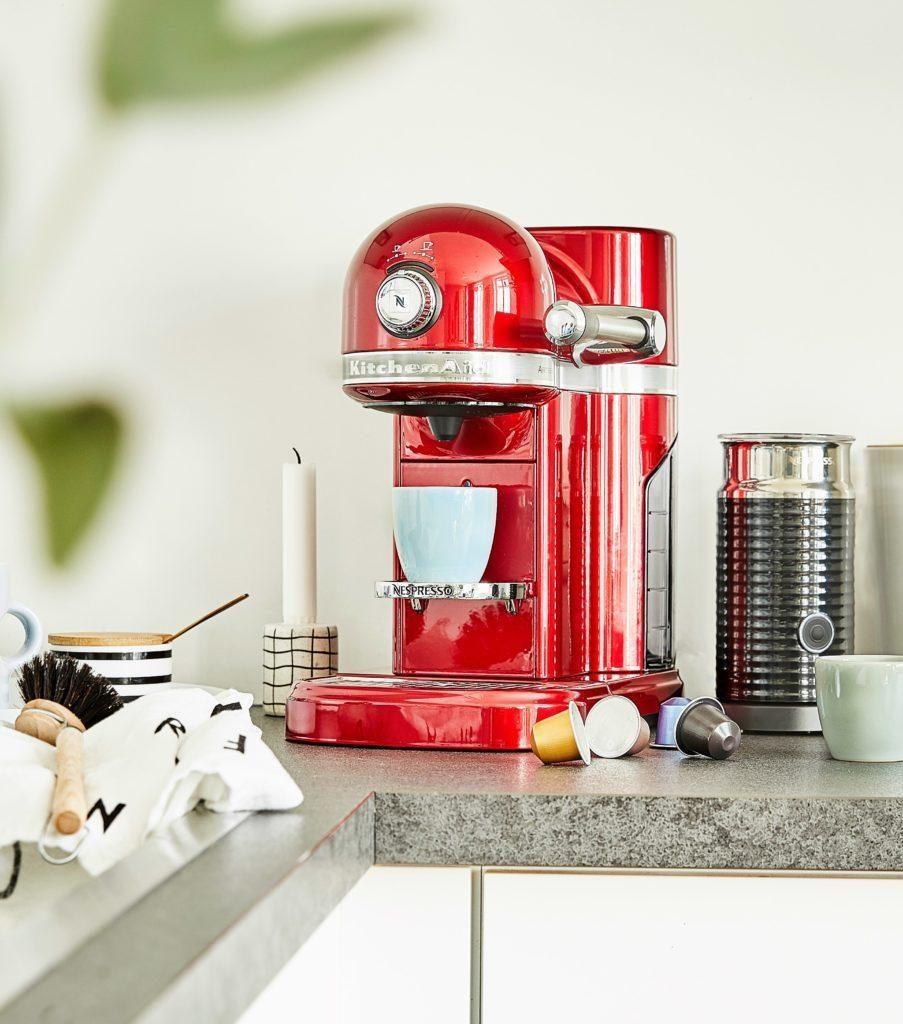 cafetière moderne au look retro, couleur rouge vif