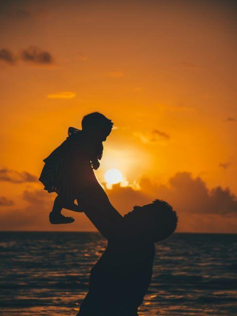 homme portant un enfant sur