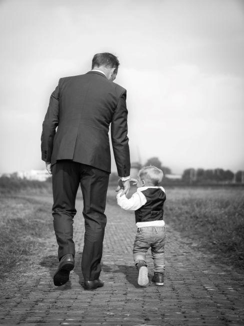 photo noir et blanc, homme et petit garçon de dos, marchent en se tenant par la main