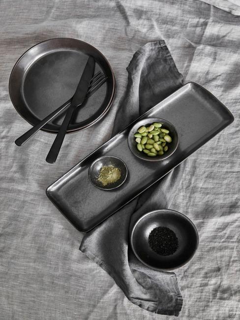 Plateaux, assiette et bol gris anthracite sur nappe grise
