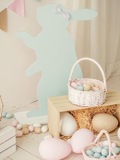 décoration de paques avec lapin, paniers avec oeufs de couleurs pastel