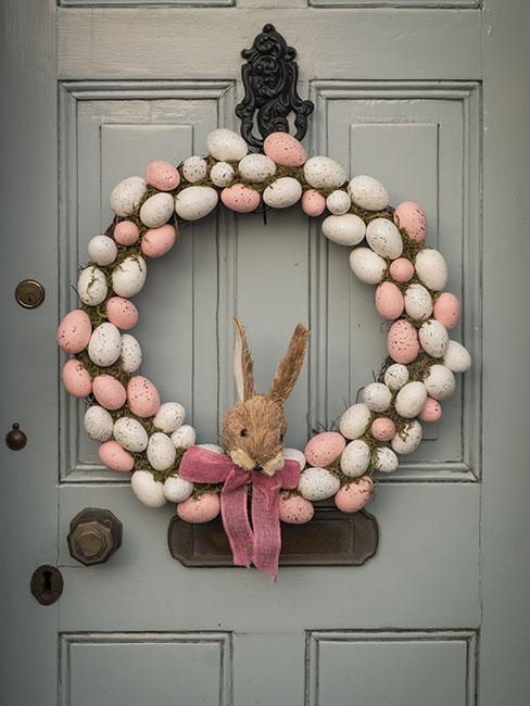 couronne de paques accrochée à une porte