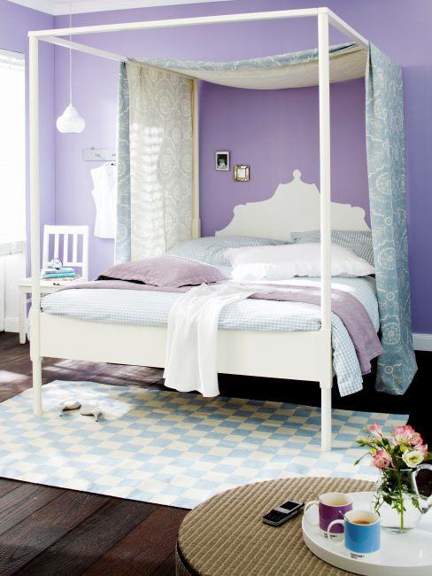 chambre a coucher, grand lit a baldaquin, mur lilas