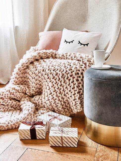 Plaid cosy, pouf, tasse, paquets cadeaux