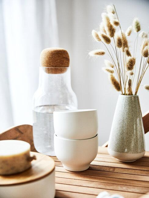 Vase decoratif avec fleurs sechees, tasses, carafe