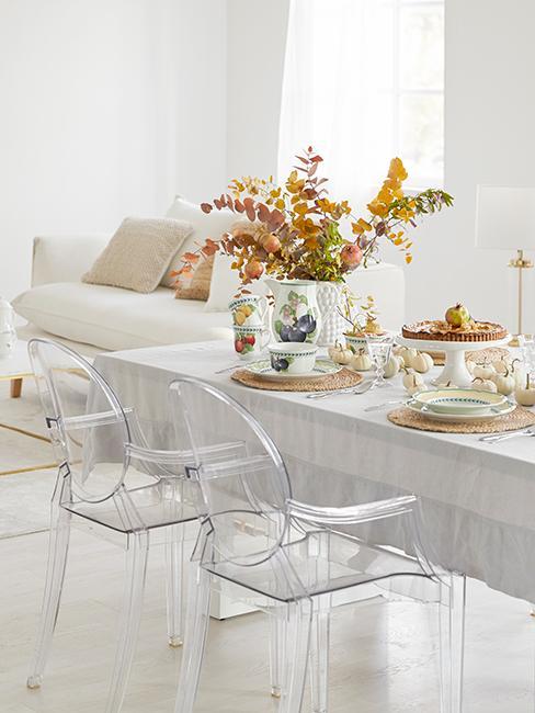 Chaises transparentes dans salle à manger moderne et lumineuse