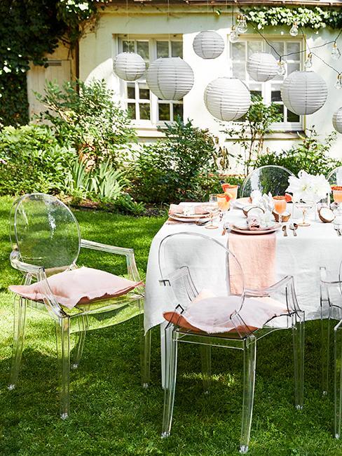 Chaises transparentes avec table dans un jardin