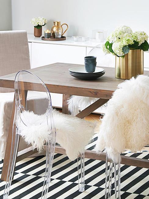 Chaises transparentes avec une fausse fourrure