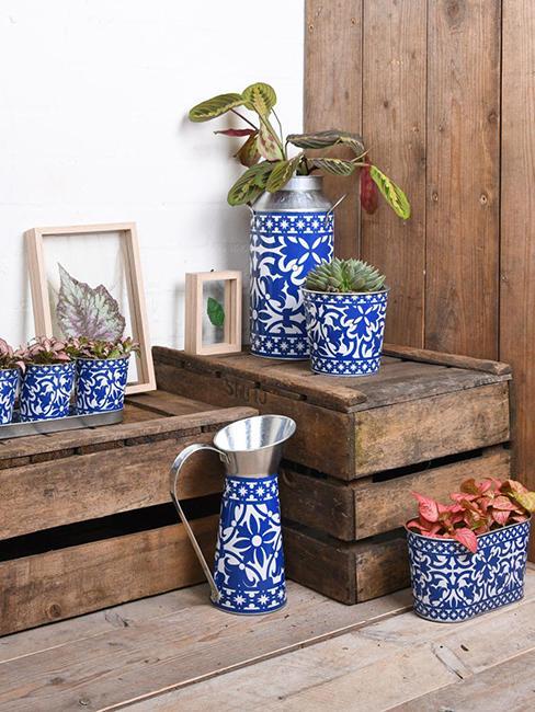 cache pots bleus sur caisses en bois