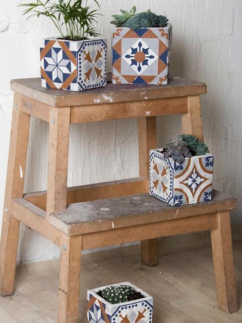 cache-pots en cube sur escabeau en bois