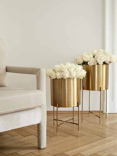 grands cache-pots dorés avec roses blanches