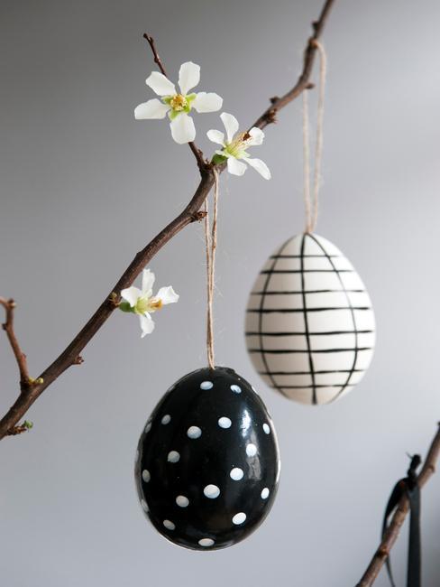 oeufs de pâques peints accrochés à une branche
