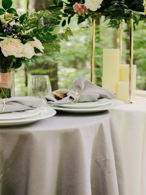 table de mariage élégante, nappe blanche, photophore